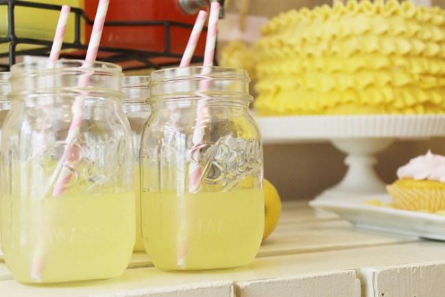 um-doce-dia-mesa-de-sobremesas-festa-da-limonada-03