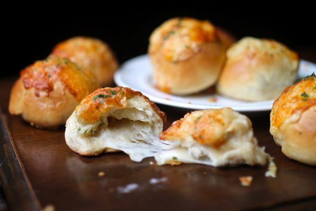 um-doce-dia-receita-paezinhos-recheados-com-queijo-e-tomilho-01