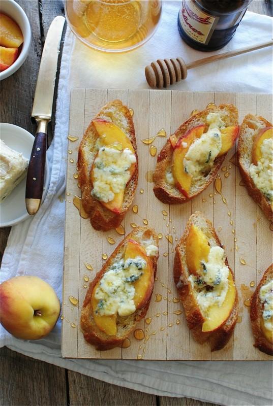 um-doce-dia-bruschettas-de-pessego-queijo-e-mel-01