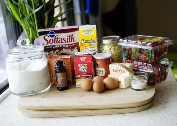 um-doce-dia-bolo-baunilha-chantilly-chocolate-branco-morangos-02