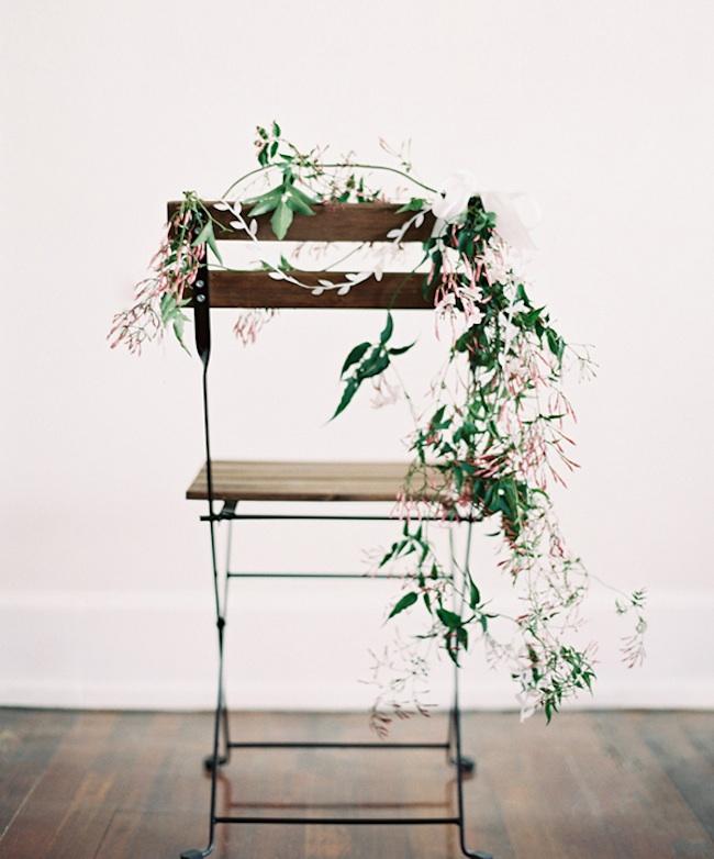 um-doce-dia-cadeiras-decoradas-para-cerimonias-01