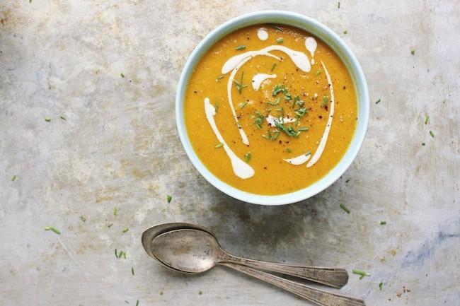 um-doce-dia-sopa-de-cenoura-com-creme-de-alho-assado-01