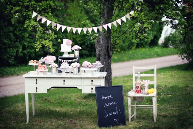 um-doce-dia-decoracao-mesa-de-sobremesas-lindo-rustico-e-rosa-09