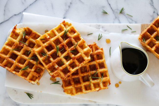 um-doce-dia-receita-de-waffles-de-queijo-presunto-e-alecrim-01
