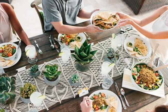 um-doce-dia-como-servir-um-almoco-de-verao-no-jardim-10