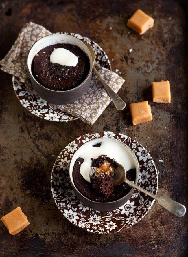 um-doce-dia-receita-bolo-de-chocolate-com-cafe-e-caramelo-em-45-segundos-01